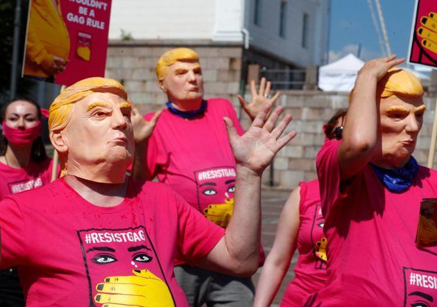 Συμβολική διαμαρτυρία: «Έγκυες Τραμπ» διαδηλώνουν στο Ελσίνκι ενάντια στην πολιτική των ΗΠΑ