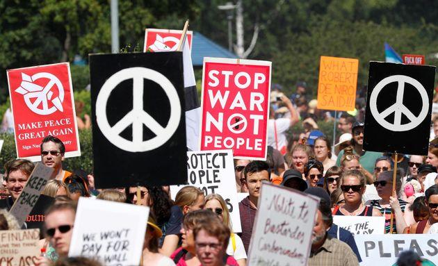Συμβολική διαμαρτυρία: «Έγκυες Τραμπ» διαδηλώνουν στο Ελσίνκι ενάντια στην πολιτική των