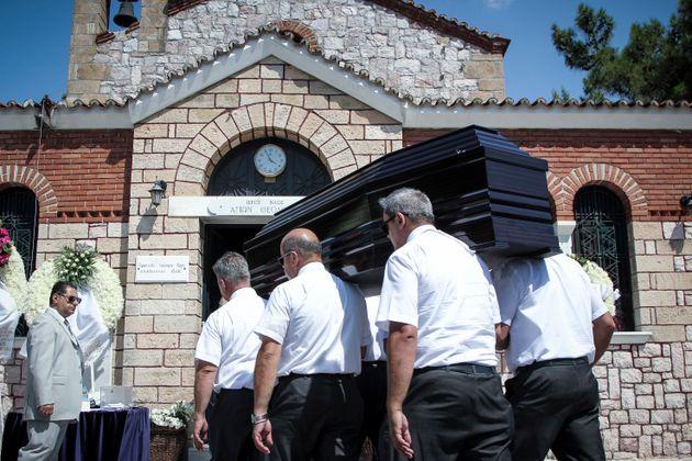 Σε βαρύ κλίμα η κηδεία του Μάνου