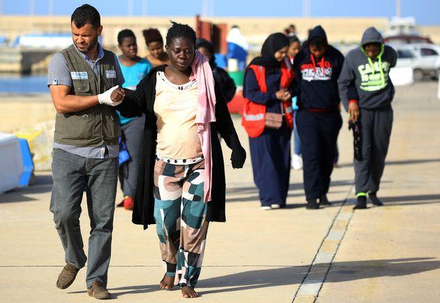 Des garde-côtes libyens portent assistance à des migrants africains, à Tripoli, le...