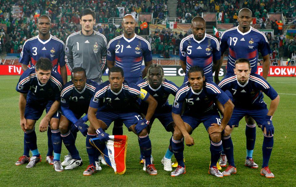 2010 남아공 월드컵 조별예선 멕시코와의 경기에 앞서 기념촬영을 하는 프랑스 대표팀 선수들. 프랑스는 당시 A조에서 우루과이, 멕시코, 남아공과 만나 1무2패를 기록하며16강 진출에 실패했다.