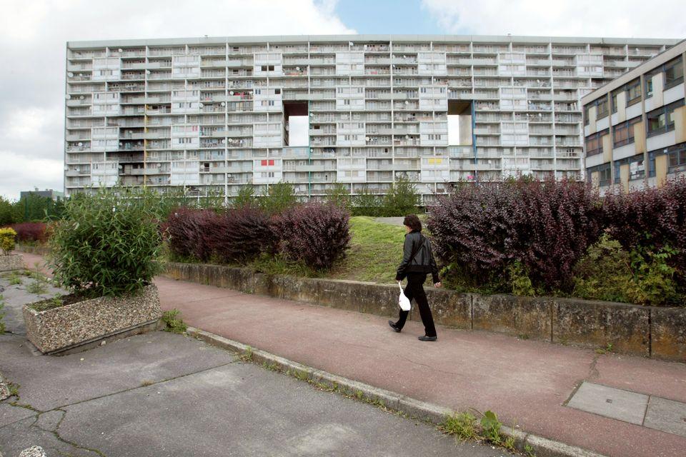 프랑스 파리 북동부센생드니 주의 방리유 라 꾸르느브(La Courneuve)의 아파트 단지.