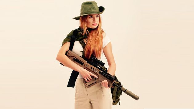 Maria Butina posiert mit einem Sturmgewehr im März