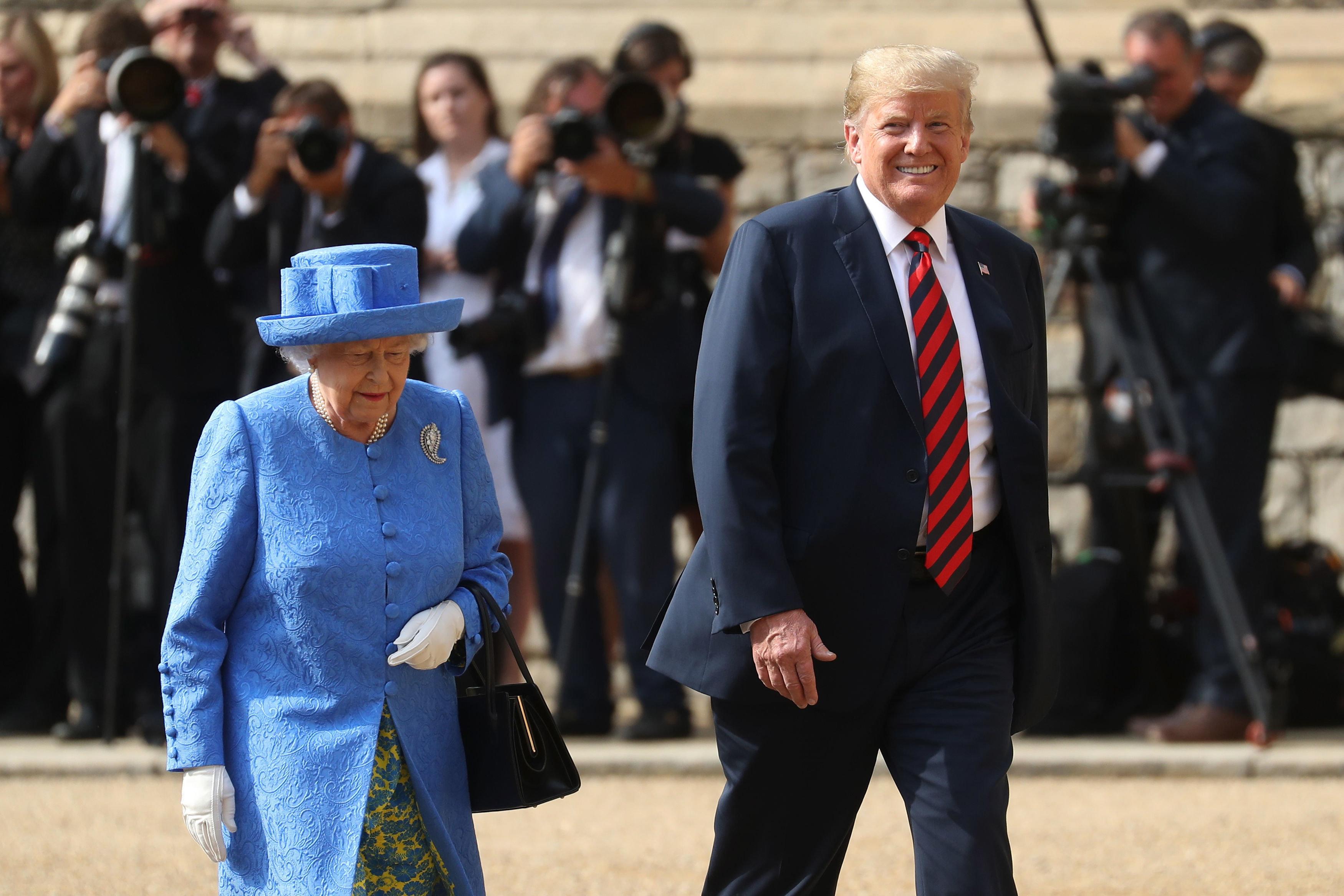 Verstecktes Zeichen: Queen soll Trump gezeigt haben, was sie von ihm