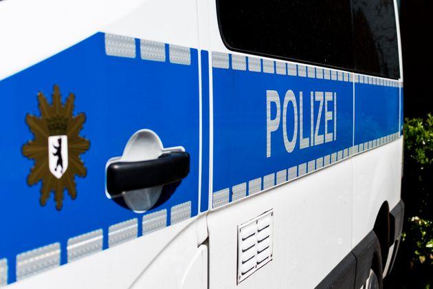 Ein Frankfurter hat mehrere Straftaten und entblößte sich am Ende vor der Polizei.
