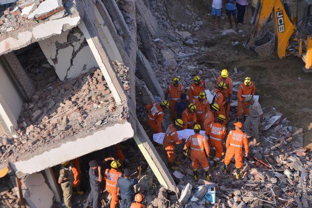 Ινδία: Κατάρρευση εξαώροφης πολυκατοικίας κοντά στο Νέο