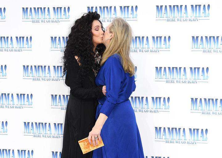 Meryl Streep και Cher φιλήθηκαν στο στόμα στην πρεμιέρα του Mamma Mia και το twitter έδωσε τα ρέστα