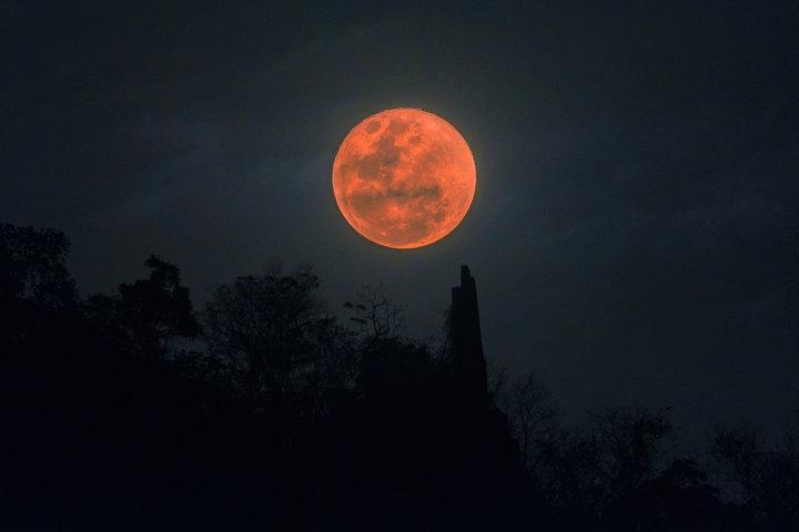 Το μεγαλύτερο σε διάρκεια «ματωμένο φεγγάρι» του 21ου αιώνα θα συμβεί αυτό το