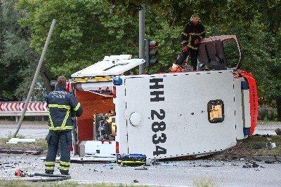 Hamburg: Rettungswagen mit schwangerer Frau kippt um – 5