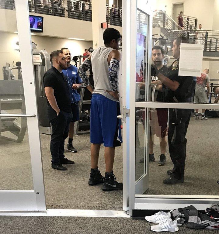 친선 농구시합 도중 파울을 세게 당했다고 상대방을 경찰에 신고한 얼간이와 이를 접수한