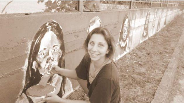 Φλώρινα: Μια 18χρονη στο Αμύνταιο αλλάζει την εικόνα της πόλης, ζωγραφίζοντας τους φίλους, συμμαθητές...