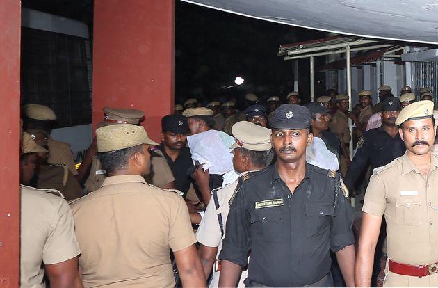 17일 인도 타밀나두주 첸나이 마힐라 법원으로 들어오고 있는 12살 소녀 성폭행범들. 얼굴을 하얀 천으로 가리고 고개를 숙인 채 들어서고 있다.