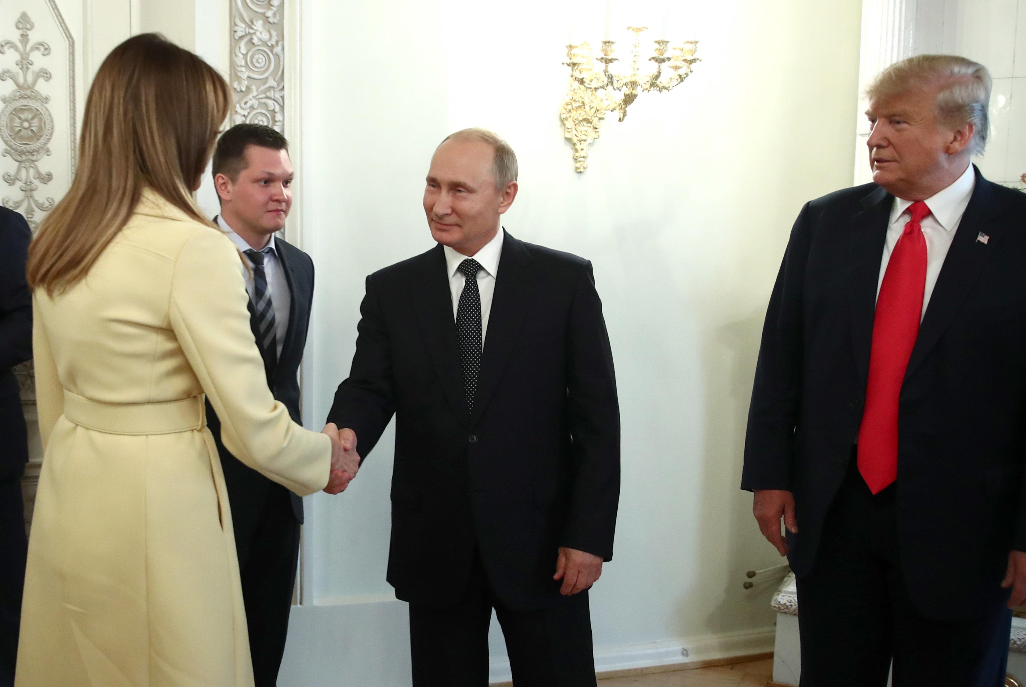 Melania Trump schüttelt Putins Hand – ihre Reaktion sorgt für