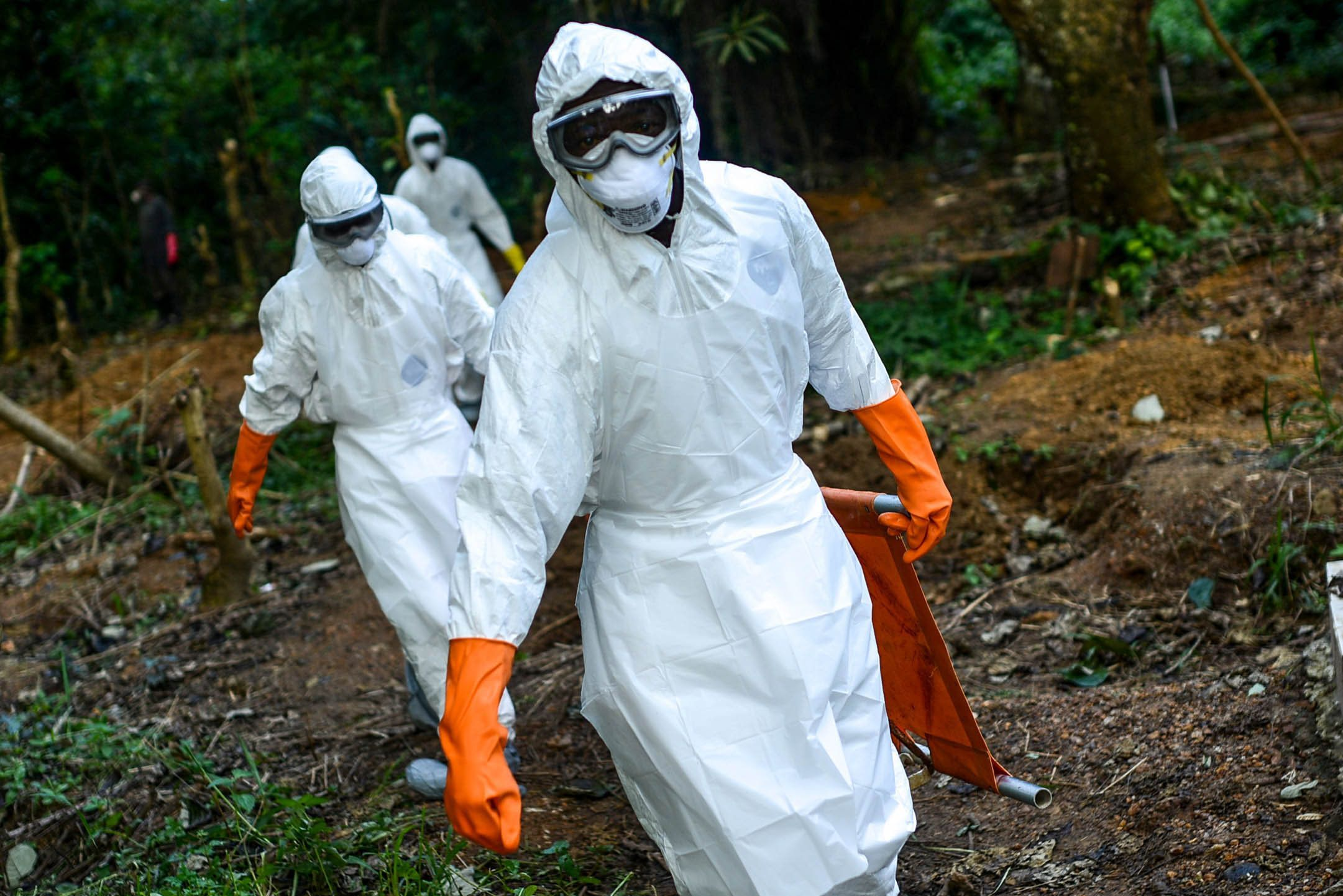KENEMA, SIERRA LEONE - AUGUST 26:  Members of a volunteer medical team wear special uniforms for the burial of 7 people, sterilized after dying due to the Ebola virus, in Kptema graveyard in Kenema, Sierra Leone on August 26, 2014. In recent months, Ebola  a contagious disease for which there is no known treatment or cure  has claimed at least 1429 lives in West Africa, mostly in Sierra Leone, Guinea and Liberia. (Photo by Mohammed Elshamy/Anadolu Agency/Gett Images)