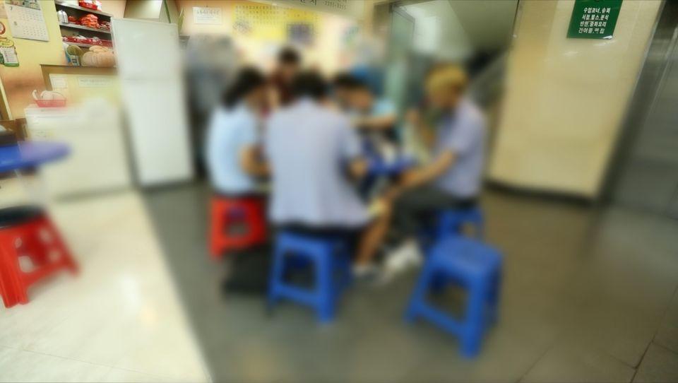 17일 학생들이 단골 떡볶이 가게에서 떡볶이와 김밥, 라면, 순대를 먹고