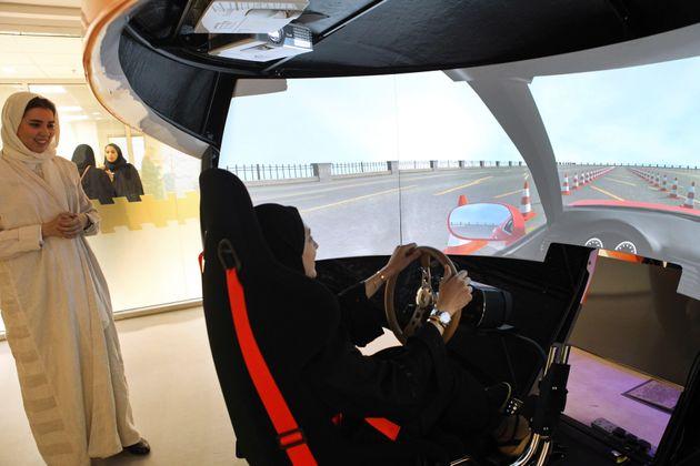 사우디 여성들이 시뮬레이터로 운전 연습을 하는 모습. 2018년