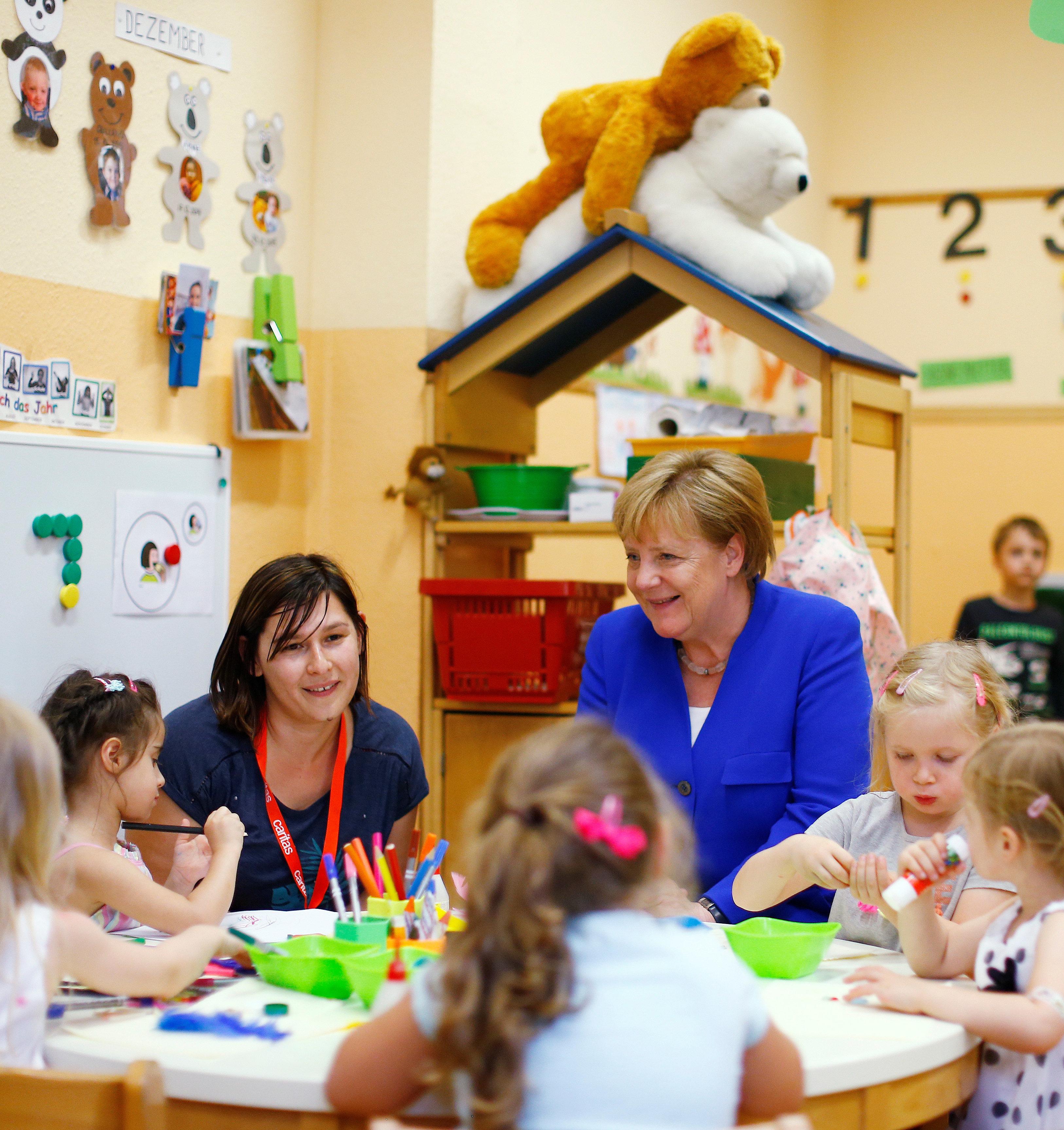 Merkel besucht Kölner Kita – Foto macht sie im Ausland zum