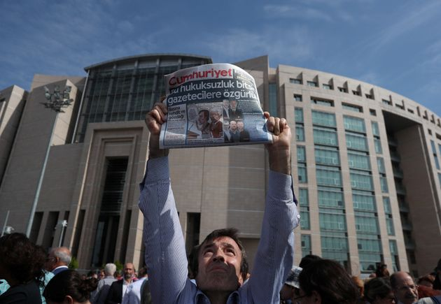Τουρκία: Δημοσιογράφος της Cumhuriyet καταδικάστηκε σε φυλάκιση δύο και πλέον