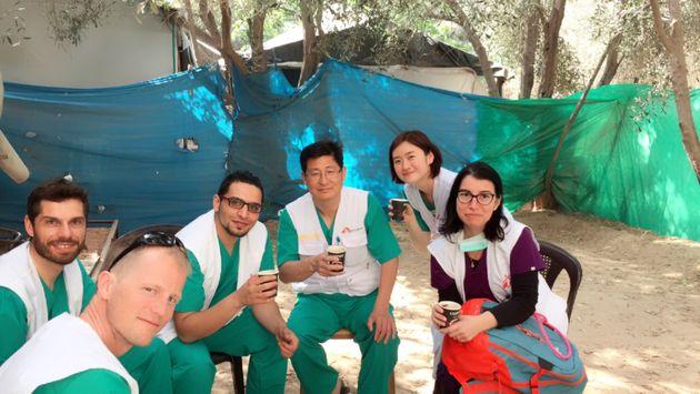 잠시 휴식을 취하고 있는 국경없는의사회 팔레스타인 긴급 수술팀에서 활동하는 국제의료진