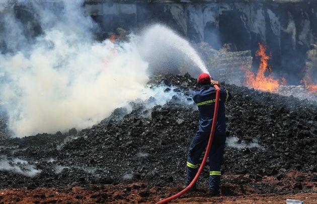 Υπό μερικό έλεγχο η πυρκαγιά σε επιχείρηση στο