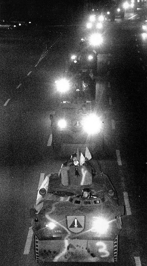 12.12 군사반란사태의 모의 장소로 알려진 수도방위사령부 30경비단 소속 전차와 장갑차 부대가 새벽 경복궁을 철수해 새로 창설된 제1경비단으로 이동하고