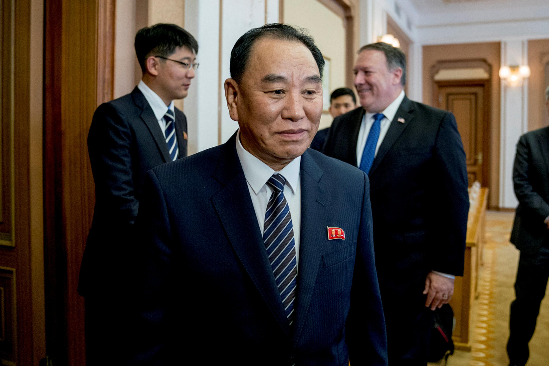 북한을 방문한 마이크 폼페이오 미국 국무장관(오른쪽)이 김영철 북한 노동당 부위원장 겸 통일전선부장과 면담을 위해 평양 백화원 초대소로 들어서는 모습. 2018년