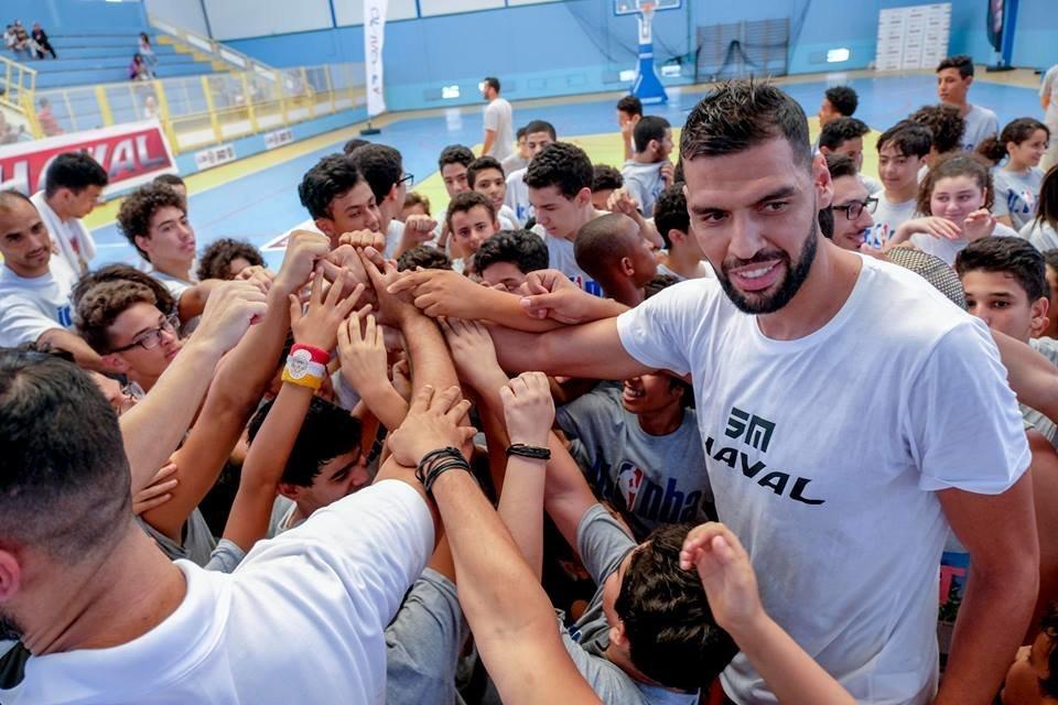 Basket: Le Tunisien Salah Mejri partage le rêve des jeunes de la Cité