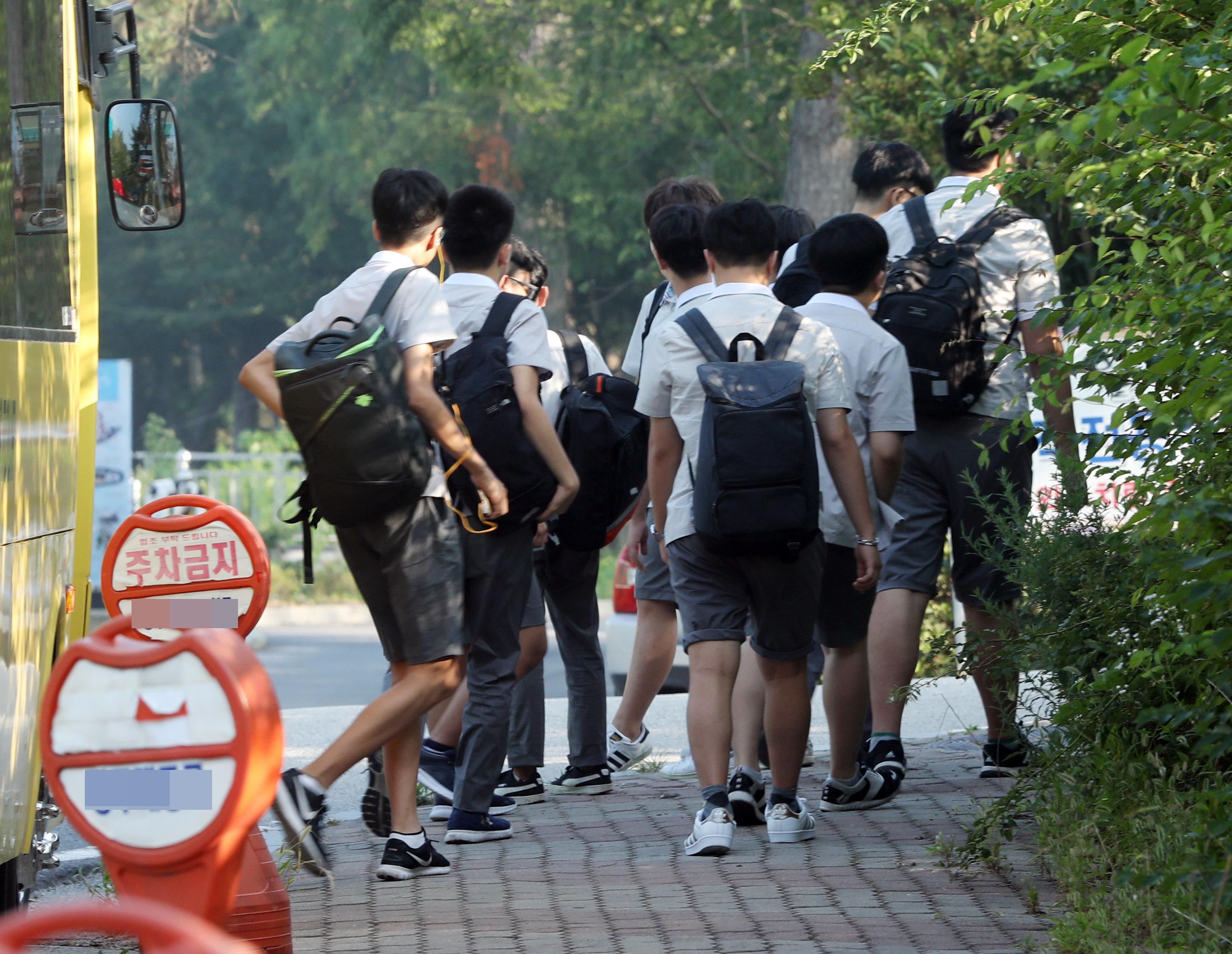 등교 중인 광주의 한 고등학교 학생들.