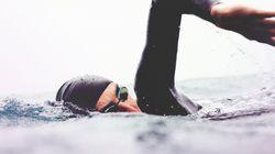 Brite schwimmt im Meer, plötzlich spürt er eine haarige Schnauze am