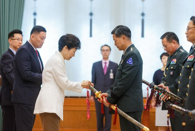 2015년 9월16일, 당시 박근혜 대통령이 청와대에서 열린 군장성 진급 및 보직신고에서 장준규 육군참모총장의 삼정검에 수치를 달아주고