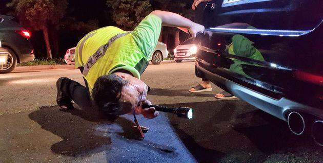 종로구청 소속 공무원이 20일 저녁 서울 종로 북악스카이웨이 팔각정에서 차량 불법 개조여부를 확인하고