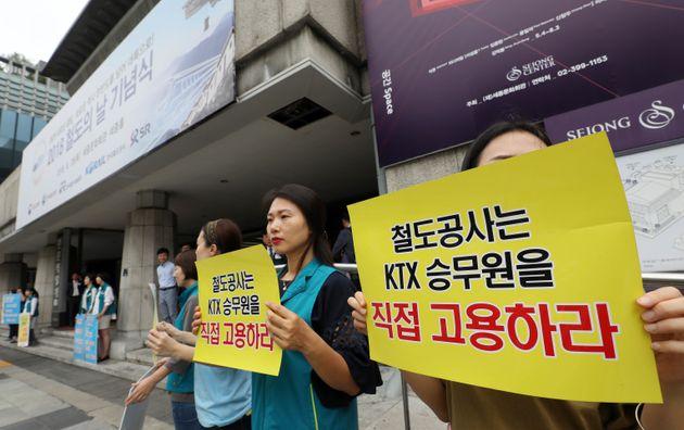 KTX 해고 승무원들이 28일 오전 '2018 철도의 날 기념식'이 열린 서울 세종문화회관 앞에서 정리해고 철회와 직접고용을 촉구하며 피켓시위를 하고