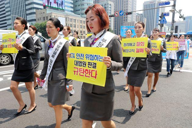 정복을 입은 KTX 해고 승무원들이 6월18일 오후 서울 종로구 광화문사거리에서 청와대를 향해 행진하고 있다. 이날 KTX 해고 승무원들은 서울역 서부 중앙계단에서 문재인 대통령이...