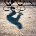 Karlsruhe: Jugendliche greifen Radfahrerin an – doch die weiß sich zu