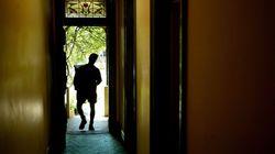 Mann unterschreibt Vertrag an der Tür – kurz darauf sind alle seine Möbel