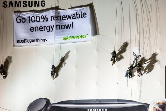2018년 1월 그린피스 활동가들이 독일 베를린 궁전 벽에 매달려 삼성전자에 100% 재생가능에너지 전력 사용을 촉구하고