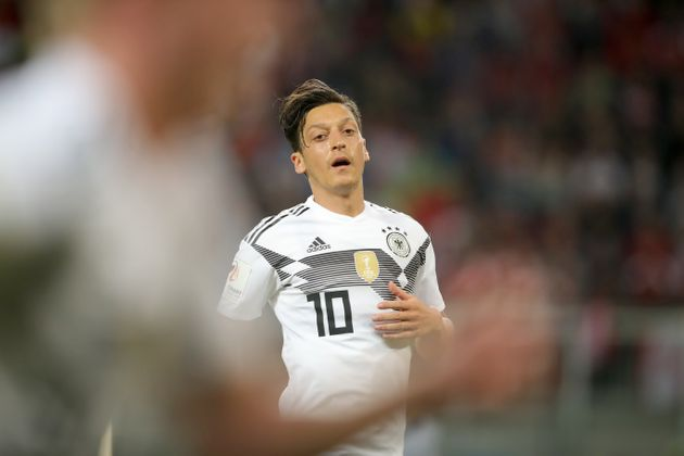 Mesut Özil wirft