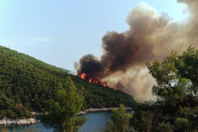 Υπό έλεγχο η μεγάλη πυρκαγιά σε πευκόφυτη έκταση στην Σκόπελο. Ολονύχτιες προσπάθειες της