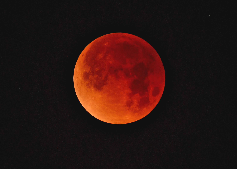 Έρχεται το «ματωμένο φεγγάρι» και θα είναι η μεγαλύτερη ολική έκλειψη Σελήνης του 21ου