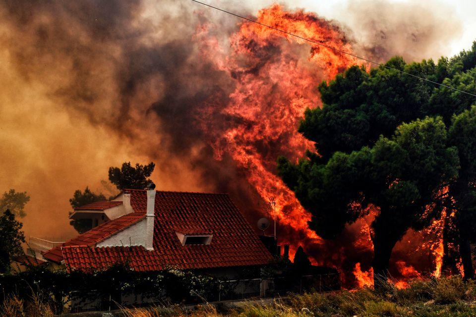 Ξεπέρασαν τους 70 οι νεκροί. Δεκάδες οι τραυματίες από τις φωτιές σε Κινέτα και Ανατολική