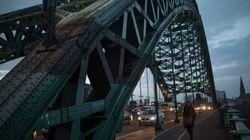 Junge Frau hängt Zettel an Brücke auf – und rettet damit 6