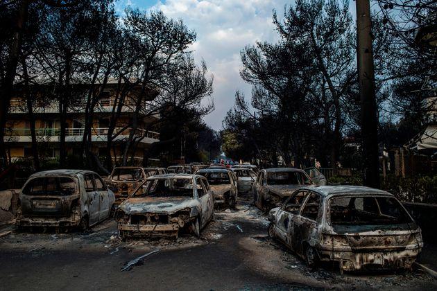 Incendies en Grèce: au moins 50 morts, dont 26 dans la cour d'une