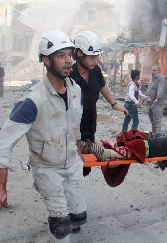 시리아 민간 구조대인 하얀 헬멧 대원들이 시리아 내전의 격전지 알레포에서 부상자 구호 작업을 하고 있다.