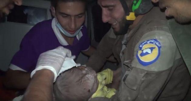 아기를 구조한 뒤 울음을 터뜨리는 하얀 헬멧 구조대원 아브