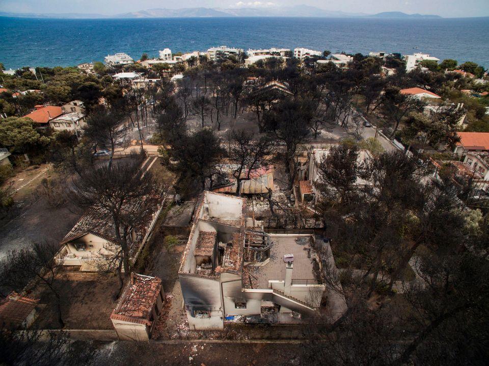 Όλα γκρίζα. Στους 81 οι νεκροί, σύγχυση και αγωνία για τους αγνοούμενους από τις πυρκαγιές στην Ανατολική...