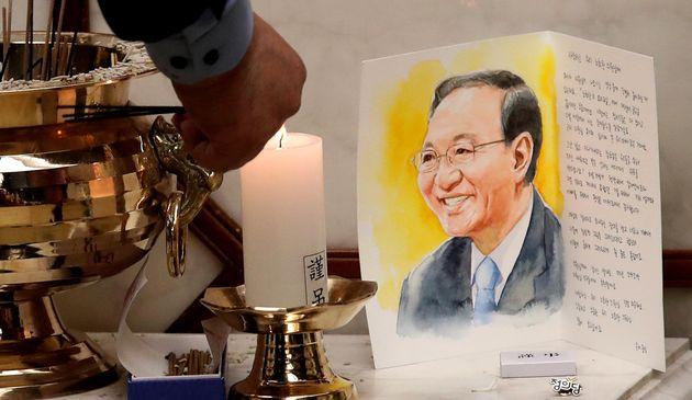 24일 서울 서대문구 연세대 세브란스병원 장례식장에 마련된 고(故) 노회찬 정의당 원내대표 빈소에는 한 조문객이 쓴 편지가 있다.