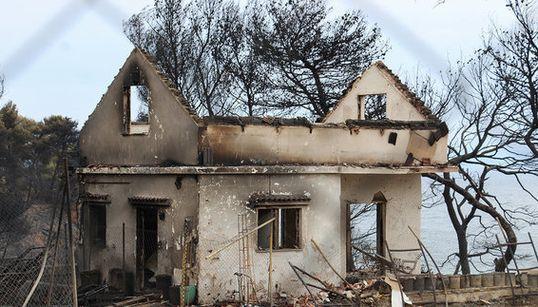 Η HuffPost Greece στον τόπο της τραγωδίας. Η επόμενη μέρα. Οι επιζήσαντες της πυρκαγιάς περιγράφουν τις στιγμές της