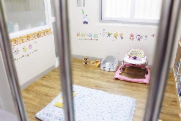 구치소에서 자식 키우는 수용자들을 위해 서울동부구치소가 꾸며준 모자수용거실. 보행기와 좌식 의자, 장난감 등이 놓여 있다.