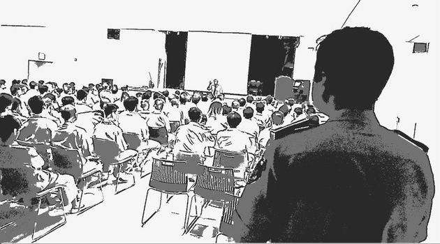 지난달 23일, 서울동부구치소의 기결 수용자들이 기독교 강당에서 예배를 보고 있다.