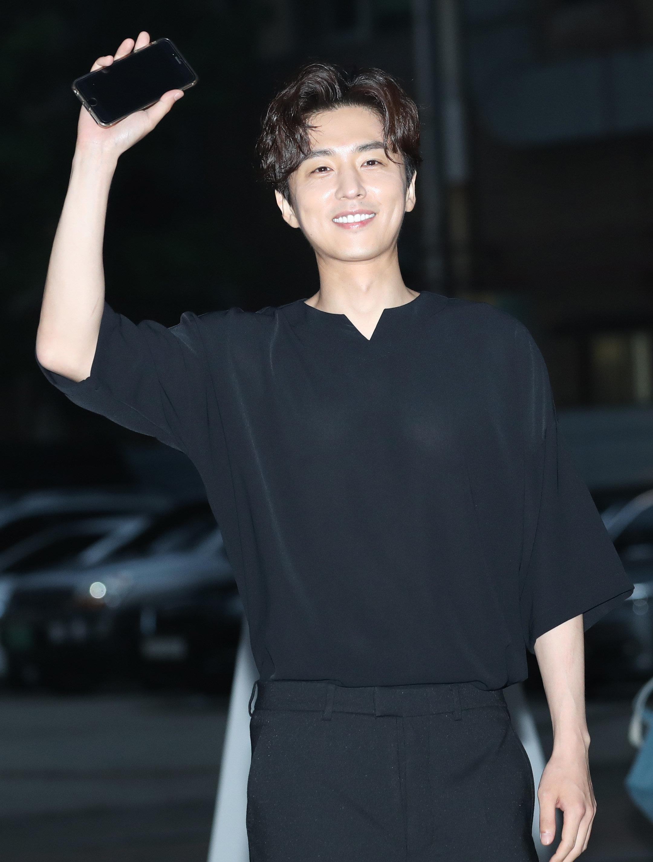 배우 신동욱이 9세 연하 일반인과 열애